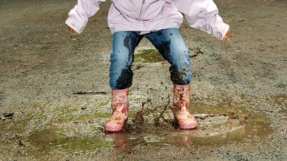 Enfant sautant dans la  boue : 5 éléments de la pensée chinoise