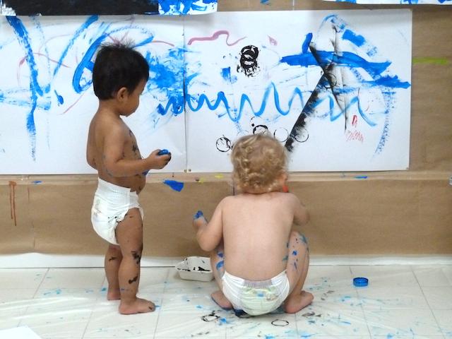 Bébés et enfants s'amusant en atelier de peinture à KID&Sens !