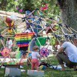 Installation artistique dans le jardin du Moulin de la Recense lors d'un festival petite enfance à Ventabren (à proximité d'Aix en Provence)