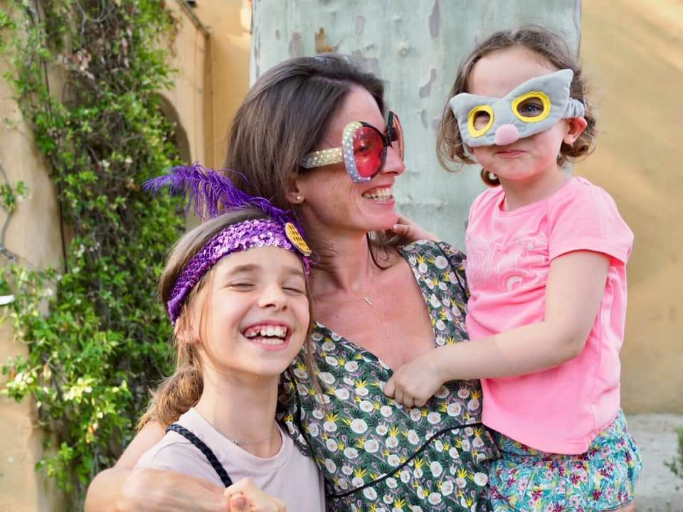 Une maman heureuse et ses 2 enfants en ateliers à KID & Sens