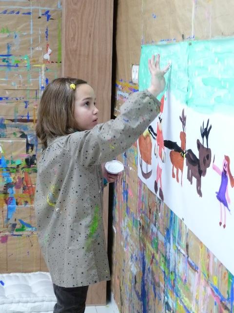Peinture au doigt par une enfant dans l'atelier de KID & Sens à Aix en Provence