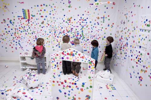 Installation artistique inspirée de Yayoï Kusama